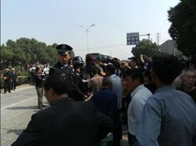 图片:群众在街头抗议 。(当地居民提供)