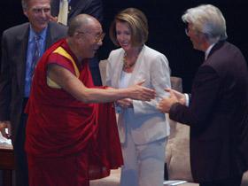 图片:达赖喇嘛,美国众议院议长南希•佩罗西;获奖仪式由美国影星李察•基尔主持,他也是美国国际声援西藏运动组织的主席。(记者石山拍摄)