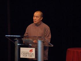 图片:王力雄是中国作家,多年以来发表了多篇对西藏和新疆问题的文章,披露了不少和中国政府宣传口径不同的文章。他在获奖发言中表示,真理之光奖,并非颁给他个人。(记者石山拍摄)