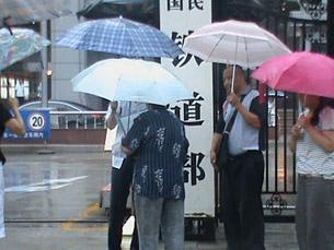 图片:多名律师和家人到铁道部为女律师王宇喊冤(权利运动/丁小提供)