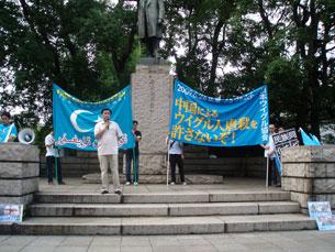 """图片:日本维吾尔協会会长依利哈姆在集会上表示说:他说,""""虽然事件过去一年,目前仍有很多维吾尔人下落不明。7.5乌鲁木齐惨案是维吾尔人最悲惨的一日。""""依利哈姆谴责一年前的镇压,并敦促国际社会向中国政府施压。(南洲攝影)"""