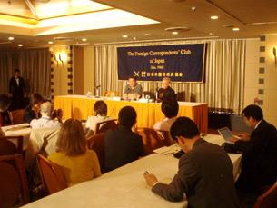 图片:六四民主运动学生领袖吾尔开希6月7号在日本外国特派员协会召开记者会遣责中共拒绝他回国。(南洲攝影)