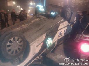 图片:上周五晚,西安一名十岁女童被撞死,民众不满公安处理手法,引发骚乱(新浪微博)
