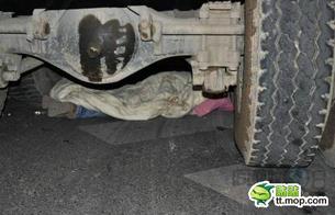 图片:女童倒在车轮下(猫扑/网络图片)