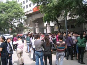 图片:村民上访市委市政府 (志愿者提供/丁小制作)