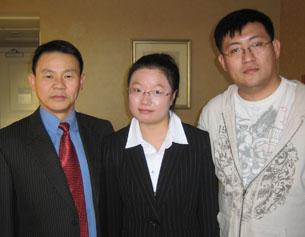 图片:海外华裔青年为熊焱新书出钱出力,中为出版赞助者朱琴兰,右为编辑之一万诠。(萧融摄)
