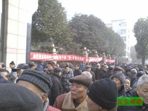 图片:武汉700名军转干部到省府集会请愿。(民生观察)