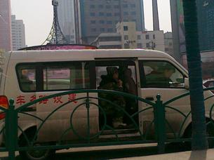 图片:乌鲁木齐人民影院外,社区民兵在一辆车内戒备(市民提供/记者乔龙)