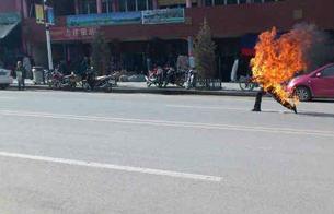 图片:多吉仁青在夏河县自焚现场。(夏河境内受访人提供)