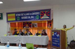 图片:越南西藏联盟组织共同创办人兼主席阮氏玉韩发表演说。(记者丹珍拍摄)