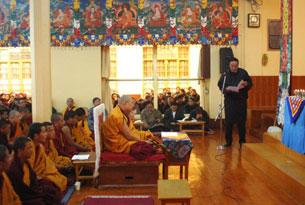 图片:藏人行政中央宗教与文化部部长白玛群觉11月30日代表内阁在祈福会上发言。(记者丹珍拍摄)