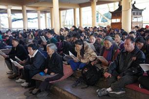 图片:达兰萨拉流亡藏人为自焚同胞祈福。(记者丹珍拍摄)