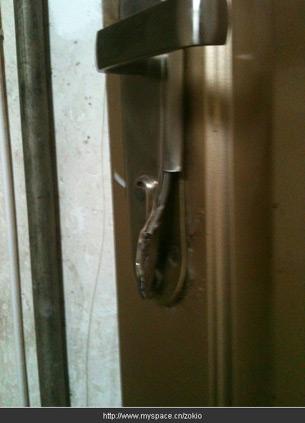 图片:刘德军家里门锁被砸坏  (刘德军提供/记者心语)
