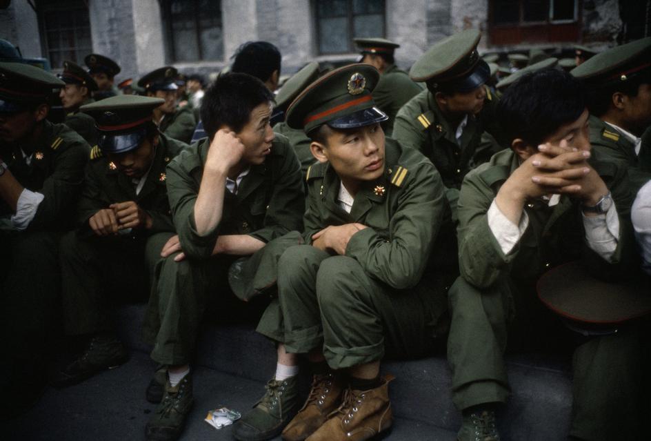 1989年6月3日临晨,被围堵的徒步的军人。(六四档案图)