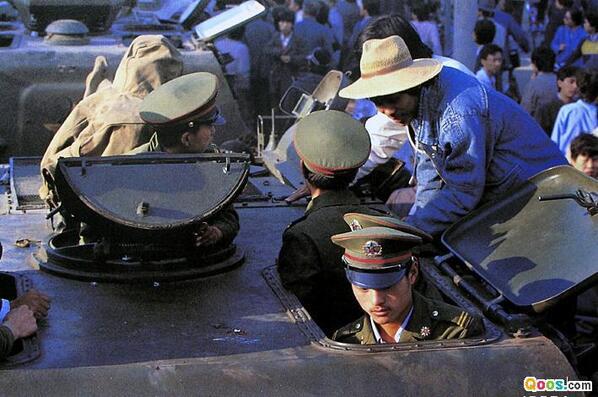 1989年6月3日晚,装甲部队准备出发。(Qoos.com)