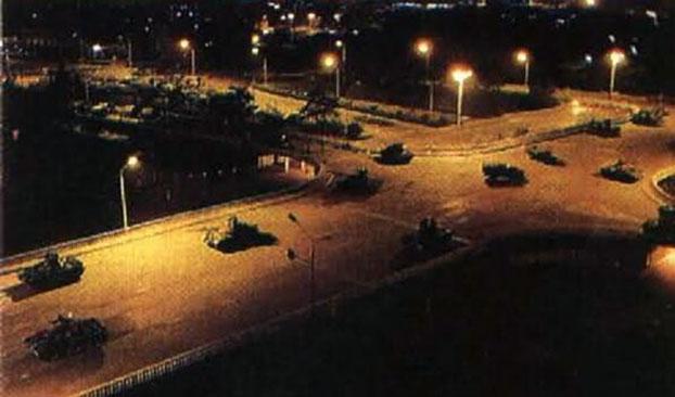 1989年6月3日晚,装甲部队进入北京。(六四档案图)