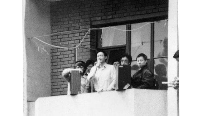 1989年4月24日北京语言学院教师陈明远站在清华大学学生宿舍楼阳台向学生演讲,他是最早公开支持学生的知识分子。(六四档案图)