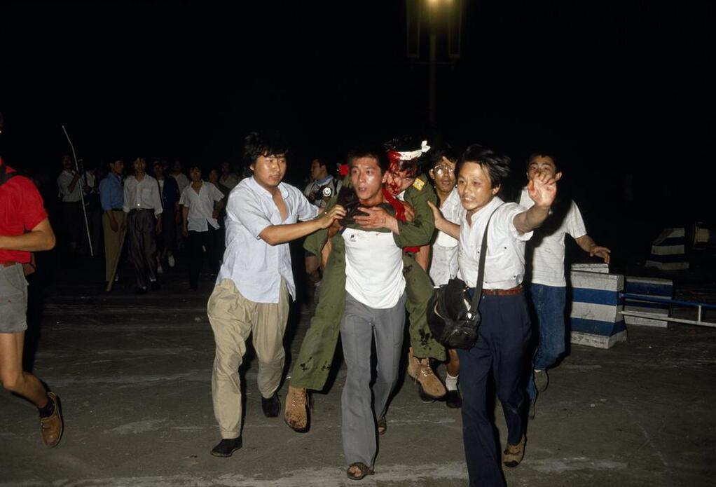 1989年6月4日凌晨,学生救护装甲车士兵。(六四档案图)