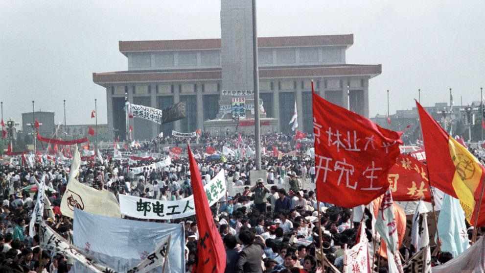 张伦正26岁之时与大学生们一起参加了八九六四运动。(美联社)