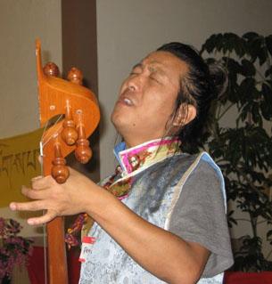 图片:流亡藏人青年歌手丹巴次仁演唱怀念家乡的歌曲 (记者CK提供)