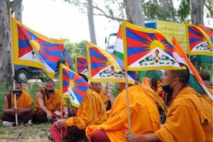 图片:流亡印度的藏人集会,声援阿坝州藏人,呼吁中国停止镇压。(朱瑞博客/记者乔龙)