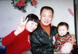 图片:张林和妻儿 (来自独立中文笔会/记者丁小)