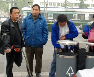 图片:左起:六四伤残人士齐志勇和异见人士李金平,星期三被当局监控(听众提供)