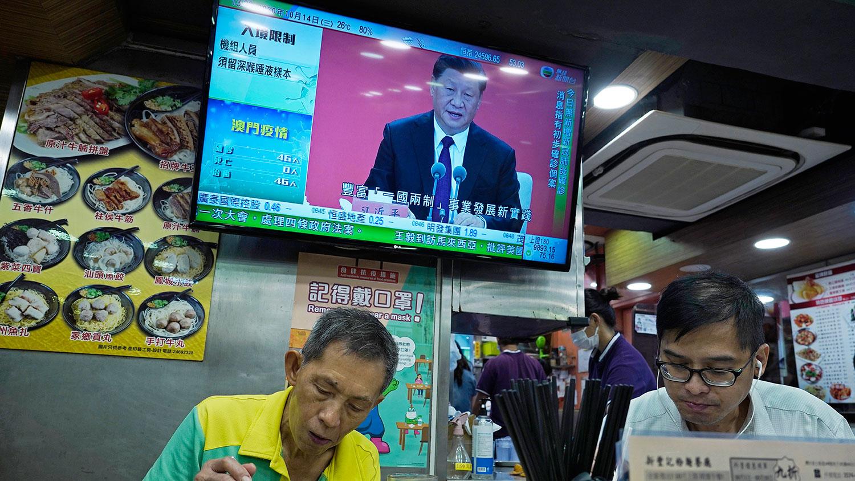 种种迹象显示,香港日后的规划,不但要听命于北京,还要依附于深圳。图为2020年10月14日,在香港一家饭店的电视屏幕上,习近平在深圳发表讲话。(美联社)
