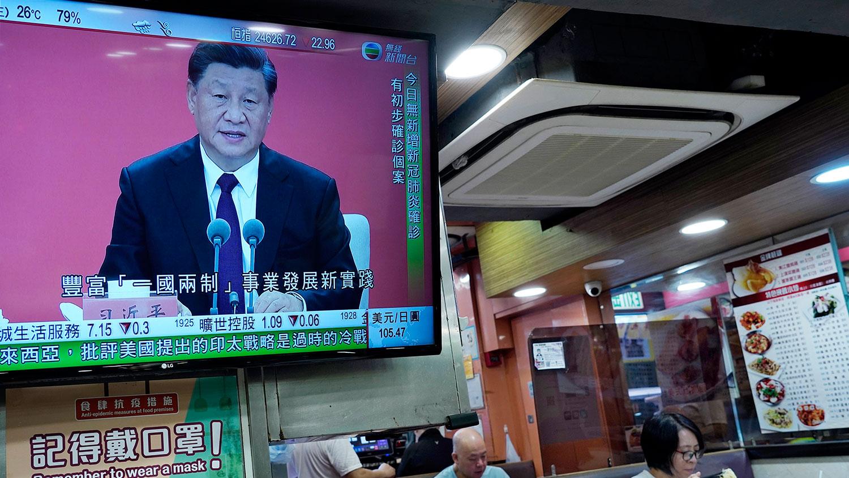 经济学者认为在围堵下深圳取代香港发展金融。图为2020年10月14日,在香港一家饭店的电视屏幕上,习近平在深圳发表讲话。(美联社)