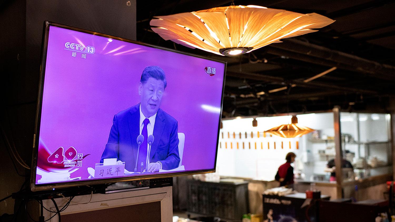 2020年10月14日,在北京一家饭店的电视屏幕上,习近平在深圳发表讲话。(法新社)