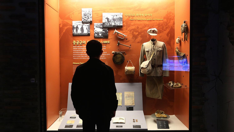 1950年6月,韩战爆发,以美国为主的联合国军出兵支持韩国李承晚政权,击退朝鲜侵略军。中国同年10月出兵,先后派遣超过一百万志愿军参战,支援朝鲜金日成政权,据中国官方统计,最终导致近20万名志愿军战死他乡。图为,韩国首尔的朝鲜战争纪念馆展出朝鲜战争期间使用的中国军服和装备。(AP)