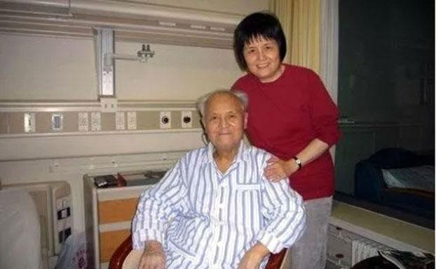 李锐(左)和女儿李南央。(推特图片)