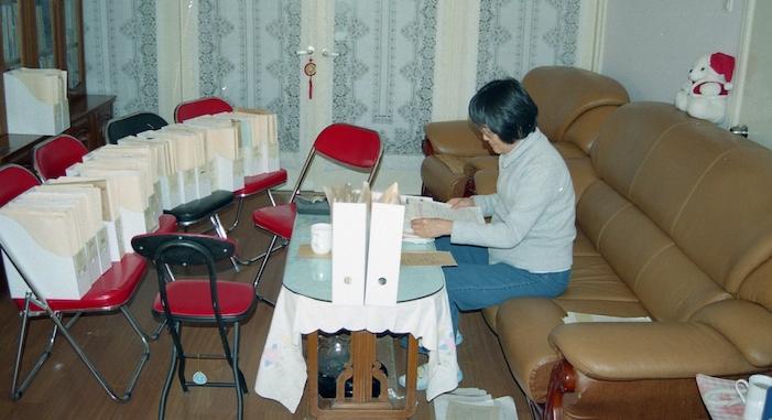 李南央在整理父亲李锐的日记(李南央提供)