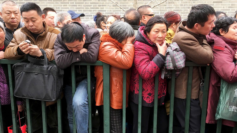 图为,2016年3月4日,来自中国各地的访民在信访办排队。( 路透社)