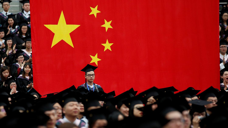 """复旦大学修改学校章程,删除涉及""""自由""""的内容,突出加强""""党领导""""。图为上海复旦大学毕业典礼。(资料图/路透社)"""