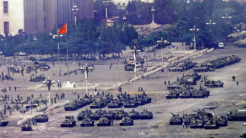 资料图片:1989年6月,解放军部队进入北京镇压天安门民主运动。(美联社)