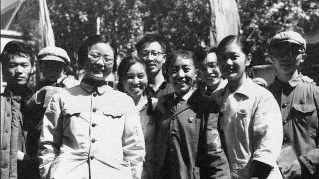 """""""文革""""时期的一幅""""红卫兵""""合影(泽仁多吉摄影)"""