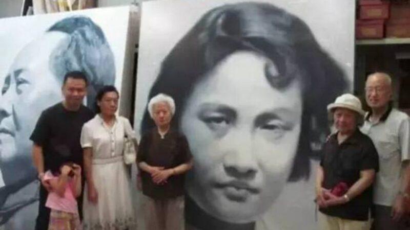 张志新的胞妹张志慧和张志勤等亲属在张志新画像前留影(推特图片)