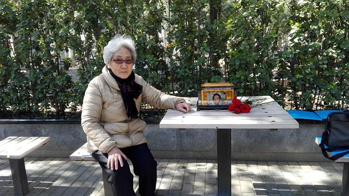 资料图片:天安门母亲群体成员张先玲2018年清明节祭爱子(张先玲提供)
