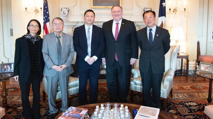 六四事件三十一週年前夕,美國國務卿蓬佩奧(右二)會見六四參與者王丹、蘇曉康、李恆青和李蘭菊。(推特截圖)
