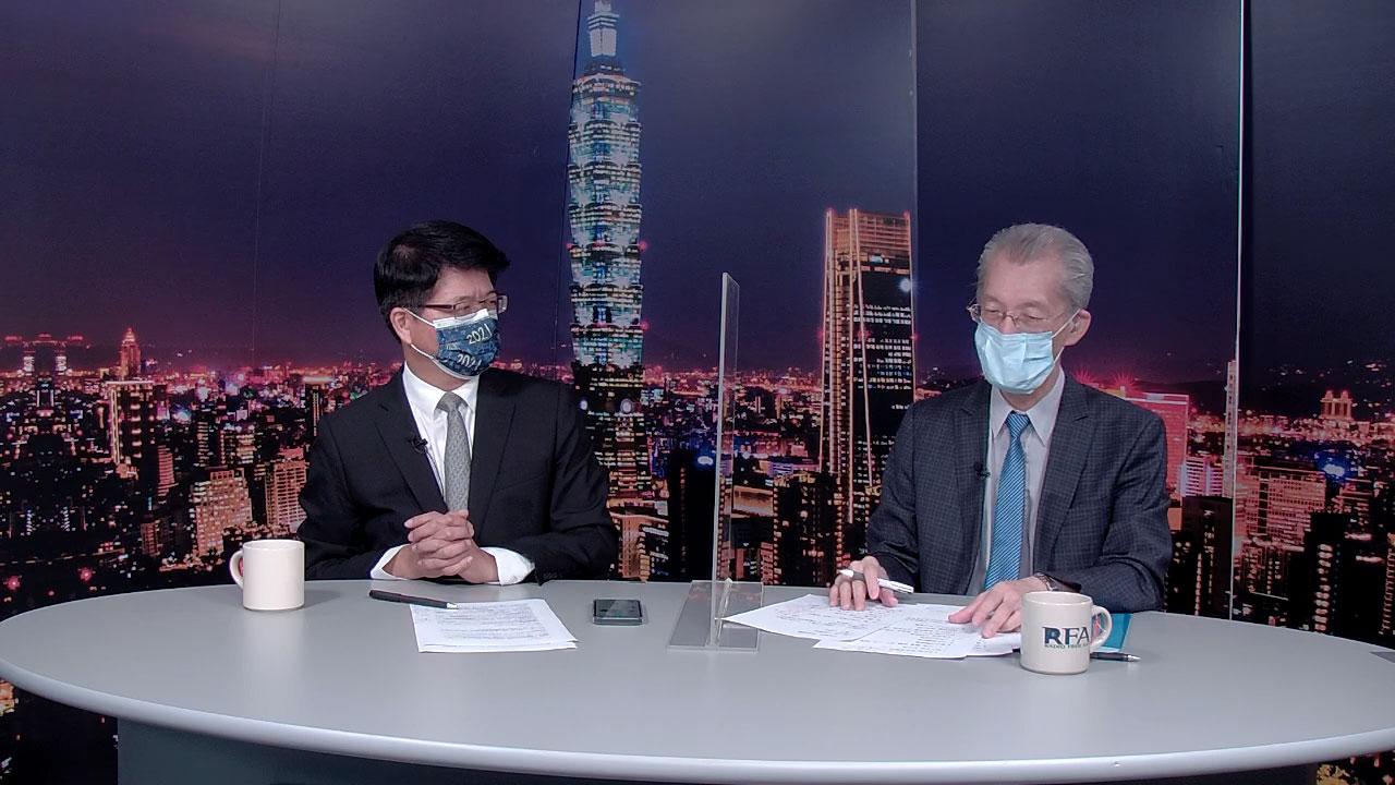 """台湾大学政治学系名誉教授明居正(右)23日录制自由亚洲电台""""亚洲很想聊""""节目。左为主持人戴忠仁。(RFA)"""