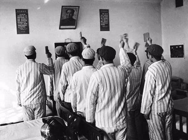 李振盛拍摄精神病患向毛主席敬礼唱歌。(取自网路)