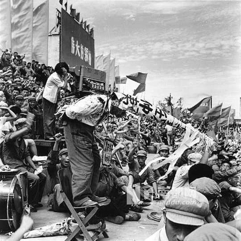 李振盛秘藏他拍摄的2万多张文革时期批斗、抄家、戴高帽、刑场枪决等当时不准见报的负面底片。(取自网路)