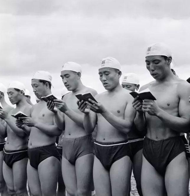 李振盛拍摄几个士兵穿泳裤念毛语录的照片。(取自网路)