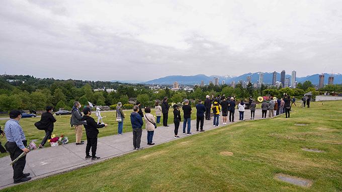 民众带着鲜花到科士兰墓园依序致上自己的哀悼和祝福。(主办方提供)