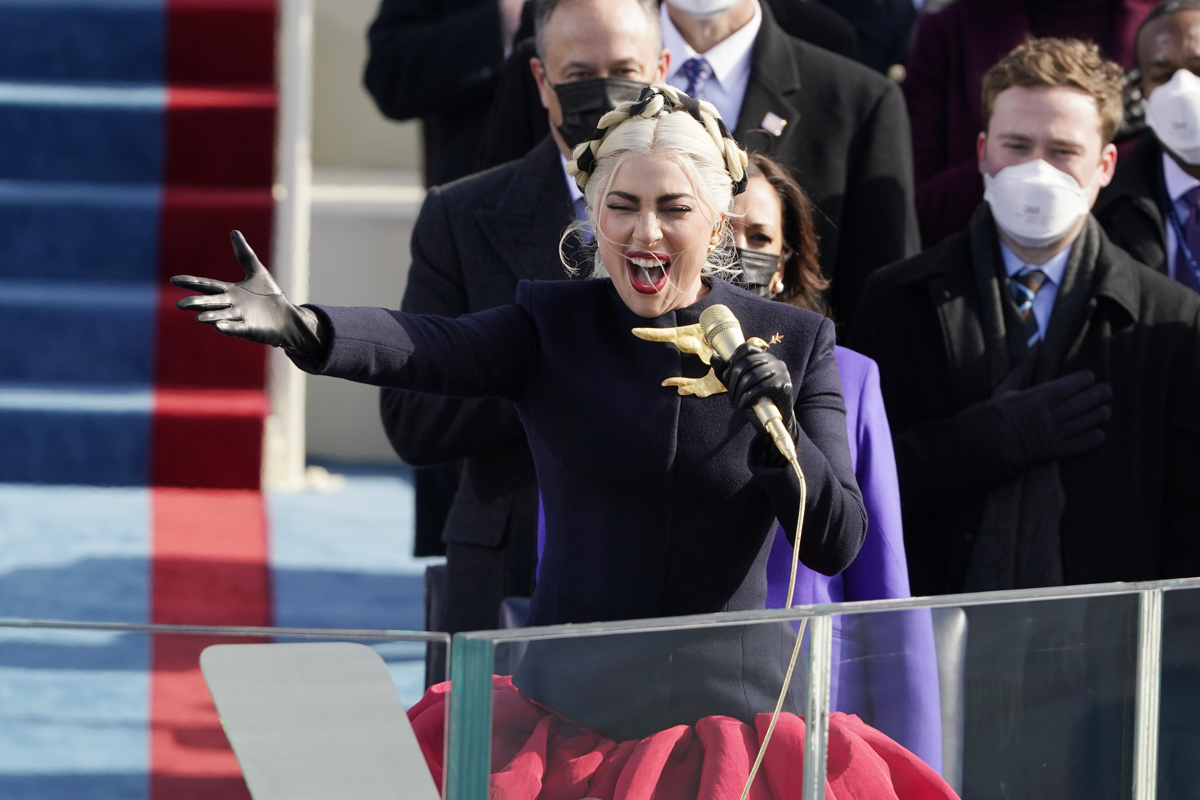美国著名歌星Lady Gaga在华盛顿国会山西草坪上高歌一曲美国国歌《星条旗永不落》。(AFP)