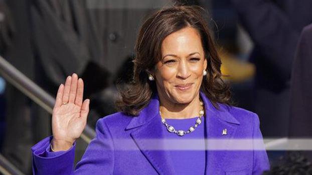 卡玛拉·哈里斯(又称贺锦丽)宣誓就任新一任的美国副总统。(AP)