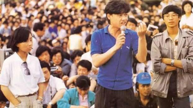 1989年5月27日,吾尔开希(中)在天安门广场学生大会上讲话。旁边是柴玲(左)和王丹(右)。(六四档案图)