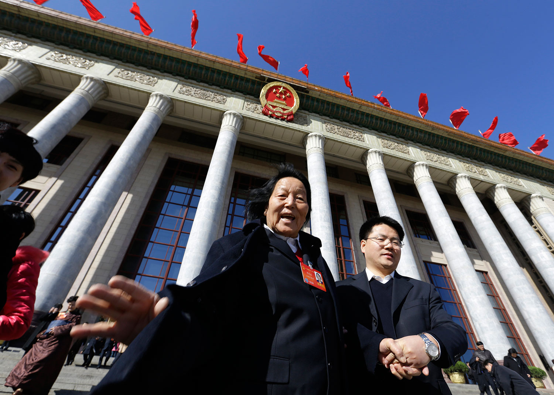 2014年3月4日,中国全国人民代表大会(NPC)全体会议结束后,申纪兰离开北京人民大会堂。(路透社)