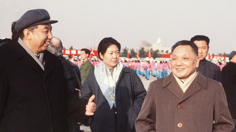1978年1月19日,中国领导人华国锋(左)和邓小平,在北京机场等候法国总理雷蒙·巴尔的飞机。(AFP)